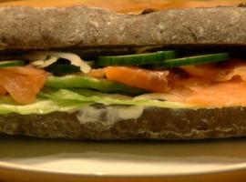 Jak zrobić kanapkę z wędzonym łososiem