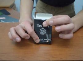 Jak wykonać trik z unoszącą się kartą w pudełku