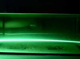 Jak wykonać pokaz zakrzywienia światła za pomocą akwarium