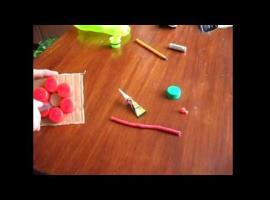 Jak zrobić zawieszkę na klucze z plastikowych nakrętek