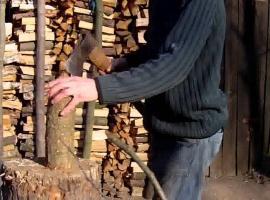 Jak rozdrabniać i rąbać drewno siekierką