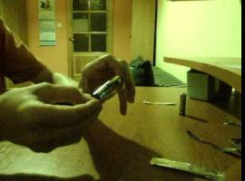 Jak wykrzesać ogień z baterii i papierka
