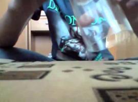 Jak wykonać sztuczkę z monetą przechodzącą przez szklankę