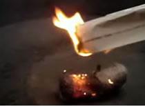 Jak rozpalić ogień za pomocą waty stalowej