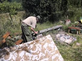 Jak wykorzystać płachtę biwakową w lesie i na wakacjach