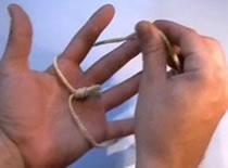 Jak przeciągać sznurek przez dłoń