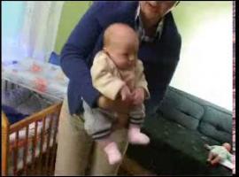 Jak nosić dziecko - pozycja na fasolkę