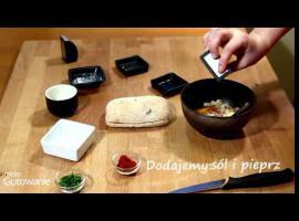 Jak zrobić śniadaniową bułkę nadziewaną jajkiem