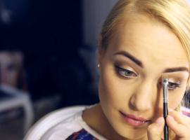 Jak modelować brwi - triki makijażowe
