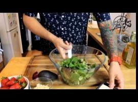 Jak zrobić sałatkę z truskawkami z dressingiem makowym