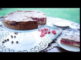 Jak zroić ciasto z czerwoną porzeczką i orzechową bezą