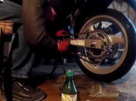 Jak wyczyścić łańcuch w motocyklu