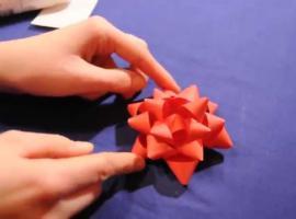 Jak zrobić kokardkę do ozdobienia prezentu