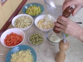 Jak zrobić sałatkę jarzynową z serem i ananasem