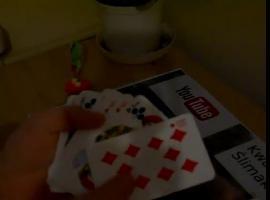 Jak wykonać sztuczkę z przenikaniem monety przez karty