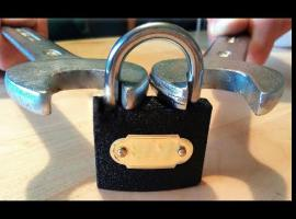 Jak otworzyć kłódkę za pomocą dwóch płaskich kluczy