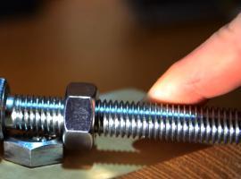 Jak odkręcić śrubę kiedy nie mamy klucza