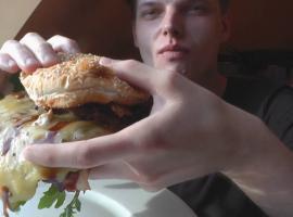 Jak zrobić męskiego burgera z serem i grzybami