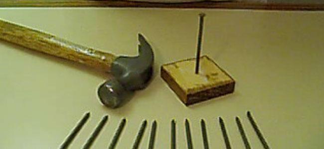 Jak zawiesić 11 gwoździ na czubku jednego