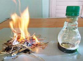 Jak rozpalić ognisko za pomocą ... żarówki z wodą