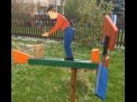 Jak zbudować wiatrak ogrodowy - Drwal tnący drewno