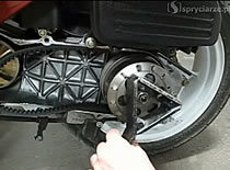 Jak wymienić centralną sprężynę w skuterze