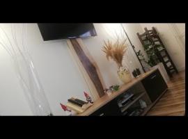 Jak ukryć kable od telewizora - drewniana maskownica